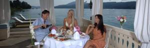 Bei See-Atmosphäre das Essen genießen